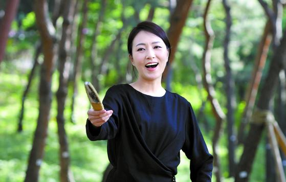 이소연이 연기하는 '춘향'은 몽룡 앞에서 수줍게 웃다가 방자에게 걸쭉한 욕바가지를 퍼붓고 사또 앞에선 절개와 강단도 드러내는, 카멜레온처럼 변화무쌍한 여자다. 김경빈 기자