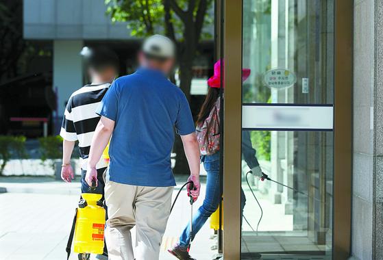 코로나19 확진자 2명이 나온 성남의 한 IT 회사에서 8일 방역작업이 진행되고 있다. [연합뉴스]