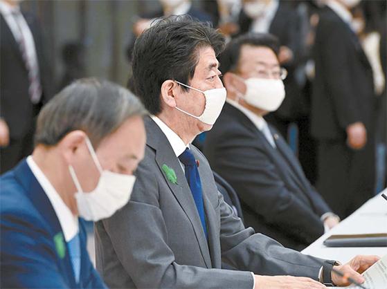 아베 신조 일본 총리(가운데) 정부는 코로나19에 대비하기 위해 천 마스크를 가구당 2장씩 배포하겠다고 발표했다. [연합뉴스]