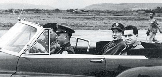 6·25전쟁 휴전협정 4개월 후, 미국의 전략기지 대만을 방문한 미국 부통령 닉슨과 공항을 떠나는 대만 총통 장제스. 1년 후 미국과 대만은 공동방위조약을 체결했다. 1953년 11월 11일 오후, 타이베이 쑹산(松山)공항. [사진 김명호]