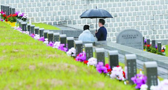 5·18 민주화운동 40주년 기념일을 사흘 앞둔 15일 광주 북구 국립 5·18 민주묘지에 비가 내리는 날씨에도 참배객의 발길이 이어지고 있다. [연합뉴스]