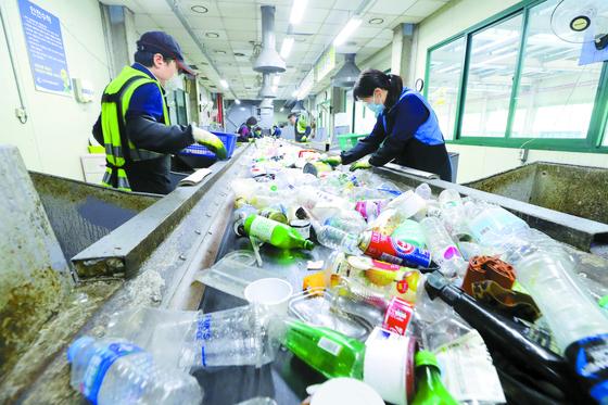 경기도 수원시자원순환센터 직원들이 재활용품 선별작업을 하고 있다. [연합뉴스]