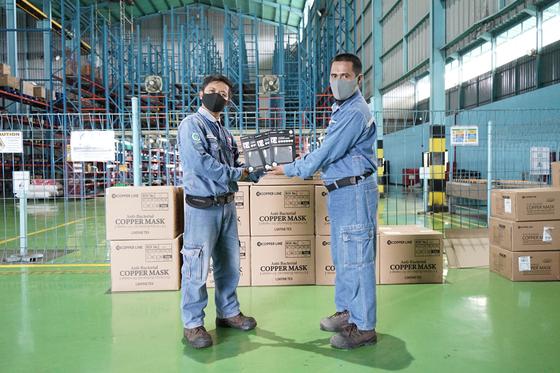 크라카타우포스코 제철소는 협력사 직원들에게 마스크를 전달했다