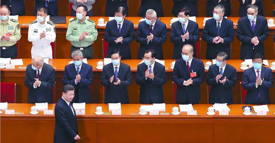 22일 중국 베이징 인민대회당에서 개막한 전국인민대표대회 에서 시진핑 국가주석이 박수를 받으며 입장하고 있다. 전인대와 인민정치협상회의 등 중국 양회는 28일까지 계속된다. [AP=연합뉴스]