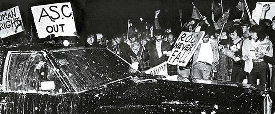 1978년 12월 27일, 대륙과 수교 5일을 앞두고 대만과 단교 선후책을 협의하기 위해 방문한 미 국무차관의 차량을 둘러 싸고 계란을 던지며 시위하는 대만의 대학생과 군중들. 약 3만명이 청천백일기와 영문 피켓을 들고 거리로 나왔다. [사진 김명호]