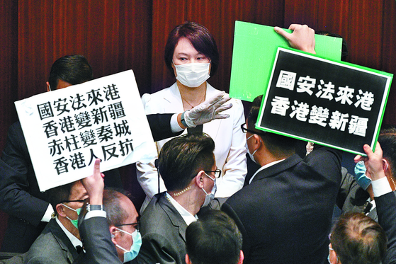 22일 홍콩 의원들이 국가보안법 제정에 반대하며 시위를 벌이고 있다. [AFP=연합뉴스]