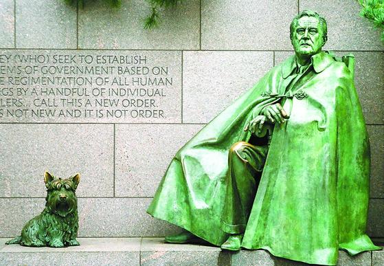 망토 차림의 루스벨트 대통령과 반려견 팔라 조각상(워싱턴 FDR 기념공원·1997년 개관). 오른쪽 아래 사진은 소아마비 극복 의지를 담은 휠체어 탄 루스벨트 동상(2001년 제작). 박보균 대기자
