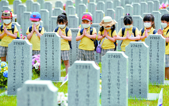 국립대전현충원 장병묘역을 찾은 어린이들. 김성태 객원 기자