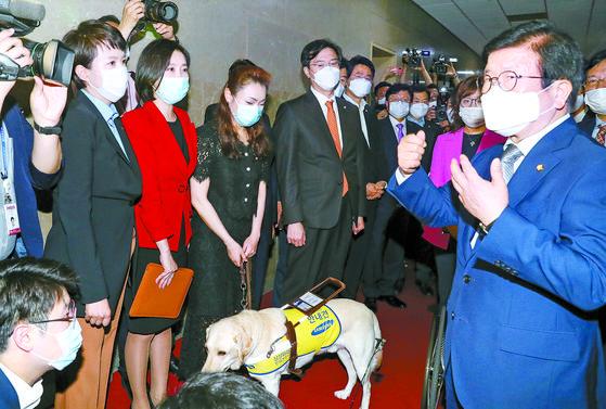 """박병석 국회의장(오른쪽)이 12일 국회의장실을 항의 방문한 김은혜 의원 등 미래통합당 초선 의원들과 대화하고 있다. 박 의장은 이날 상임위원장 선출 건을 상정하지 않고 '여야 합의를 마지막으로 촉구하기 위해 3일간 시간을 드리겠다""""고 말한 뒤 산회를 선포했다. 임현동 기자"""