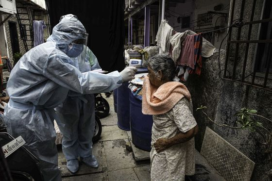 18일(현지시간) 인도 뭄바이 빈민가에서 보호 장비를 착용한 요원이 발열 검사를 하고 있다. 인도는 두 달 넘게 발동했던 봉쇄령을 해제하면서 코로나19 확진자가 급증하고 있다. 인도는 미국과 러시아, 브라질에 이어 세계에서 네 번째로 피해가 큰 국가다. [신화=연합뉴스]