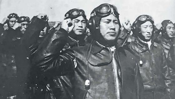 출격 전 대원들과 함께 선서하는 12전투 비행단 대대장 장지후이. 1952년 가을 랴오닝성 단둥. [사진 김명호]