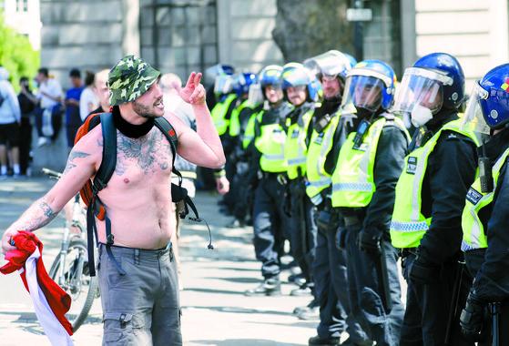 흑인인권운동에 반대하는 급진우파 시위대가 지난 13일 런던에서 집회를 위해 모이던 중 경찰과 충돌했다. [로이터=연합뉴스]