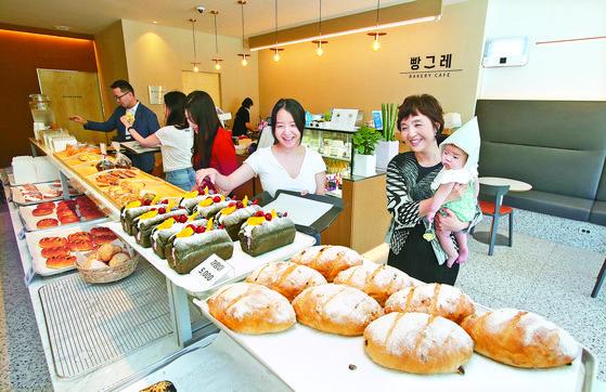 23일 경남 창원의 베이커리 카페 '빵그레'를 찾은 주민들이 갓 만든 빵을 고르고 있다. 송봉근 기자