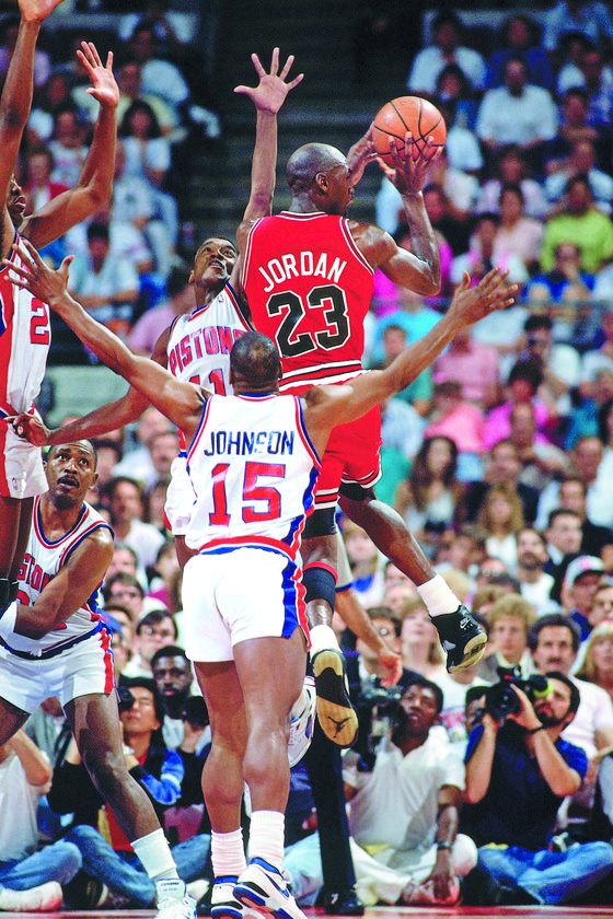 지난달 11일 넷플릭스가 '마이클 조던:더 라스트 댄스'를 선보였다. 농구황제 마이클 조던과 소속팀 시카고불스의 1990년대 황금기를 다룬 다큐멘터리다. [사진 넷플릭스]