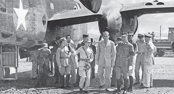 1943년 10월 29일, 중국 항공위원들과 중국 공군기지를 시찰하는 천라드. 앞줄 오른쪽 첫째는 국민당 군 총 참모장 바이충시(白崇禧). 뒷줄 왼쪽 첫째가 천청(陳誠). 대만 천도후 국민당 부총재와 부총통을 역임했다. [사진 김명호]
