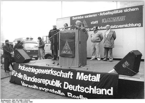 통일 직후인 90년 11월 28일 금속산업노조가 일자리 사수를 위해 신탁관리청 앞에서 시위를 벌였다. [사진 독일 연방문서관리소]