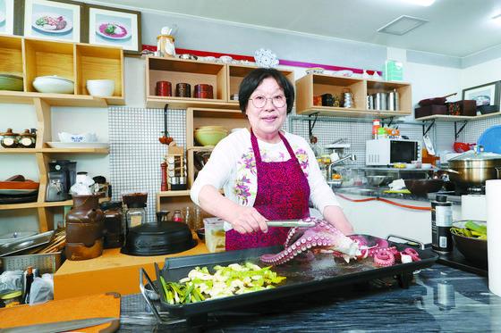 이소영씨가 문어구이를 만들고 있다. 신인섭 기자