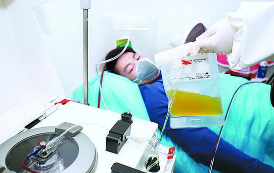 중국 후난성 헝양에서 코로나19에 걸렸다 회복한 남성이 자신의 혈장을 기증하고 있다. [사진 중국 인민망 캡처]