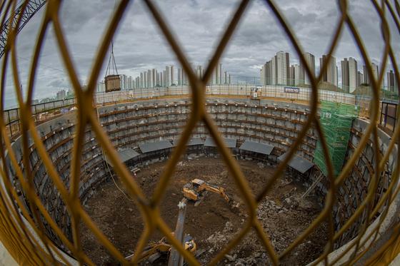 경기도 파주의 GTX A노선 운정역 공사 현장에서 수직구 공사를 하고 있다. 원형의 콘크리트 벽을 40m 이상 깊이(대심도)로 설치하고 수직으로 지반에 구멍을 낸다. GTX는 대심도를 평균 시속 100㎞, 최고 시속 200㎞로 직선으로 달려 수도권 외곽과 서울 도심을 연결한다. 전 구간에서 수직구 공사가 진행 중인 A노선의 목표 개통 시점은 2023년이다. 전민규 기자