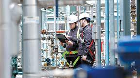금호석유화학 직원들이 생산 설비를 점검하고 있다. [사진 금호석유화학]