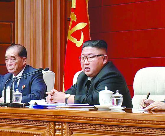 김정은 북한 국무위원장이 지난 13일 노동당 본부에서 정치국 회의를 주재하고 있다. [뉴시스]