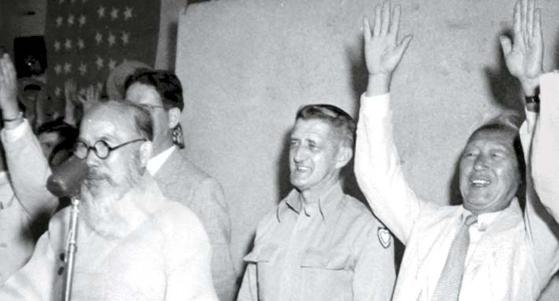 1948년 8월 26일 서울운동장(2007년 헐림)에서 열린 '하지 중장(가운데) 귀국 송별 시민대회'. 이승만 대통령(오른쪽)이 선창에 따라 두 손 들어 '만세'를 외치고 있다. 왼쪽은 사회자 명제세(초대 심계원장). [사진 국사편찬위]