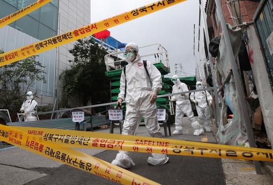 14일 폐쇄 된 서울 성북구 사랑제일교회 앞에서 관계자들이 방역작업을 하고 있다. [연합뉴스]