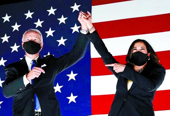 지난 20일(현지시간) 조 바이든 민주당 대통령 후보(왼쪽)와 카멀라 해리스 부통령 후보가 델라웨어주 윌밍턴에서 열린 전당대회에서 지지자들의 환호에 답하고 있다. [AFP=연합뉴스]