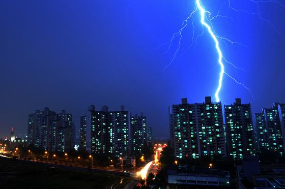 대전의 아파트에 강력한 벼락이 내리꽂고 있다. 낙뢰(벼락)은 어디에, 얼마나 내리칠지 예측하기 힘들다. 김성태 객원기자