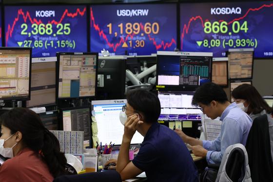 미국 증시 급락 영향으로 코스피가 하락한 4일 오후 서울 명동 하나은행 딜링룸. 코스피는 직전 거래일 대비 1.15% 내렸다. [연합뉴스]