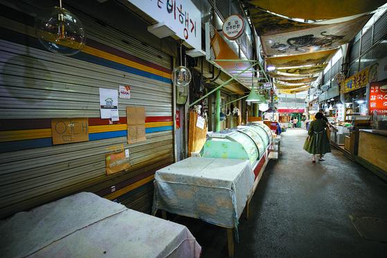 방역당국이 강화된 사회적 거리두기를 일주일 더 연장한 4일 서울시내 한 전통시장의 점포에 임대 문의 안내문이 붙어 있다. [뉴스1]