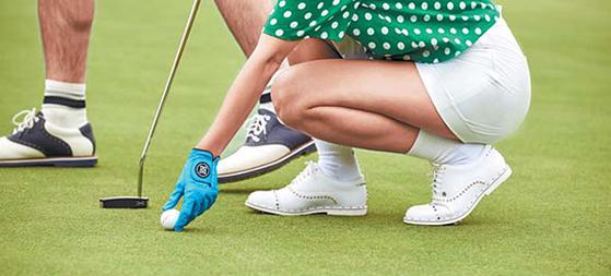 한 여성 골퍼가 그린에서 퍼팅을 준비하고 있다. [중앙포토]