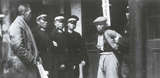 항일전쟁 승리 후 중국 전역에서 한간과 일본 간첩 체포 사태가 벌어졌다. 간첩 혐의로 체포된 중국인. 1945년 가을 항저우(杭州). [사진 김명호]