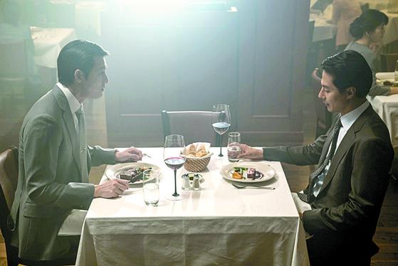 영화 '더 킹'에서 주인공이 스테이크를 먹는 장면. 힘을 가진 사람이 스테이크에 와인을 먹는다. 그 한 접시엔 엄청난 시공간이 담겨 있다. [중앙포토]