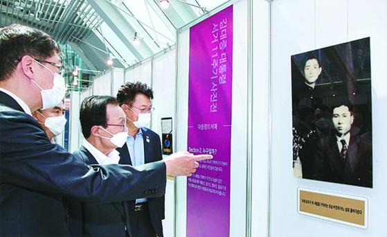 18일 더불어민주당에서 제명된 김홍걸 의원(왼쪽)이 지난달 18일 김대중 전 대통령 서거 11주기 사진전 개막식에서 이해찬 대표(왼쪽 셋째) 등과 함께 전시장을 둘러보고 있다. [뉴시스]
