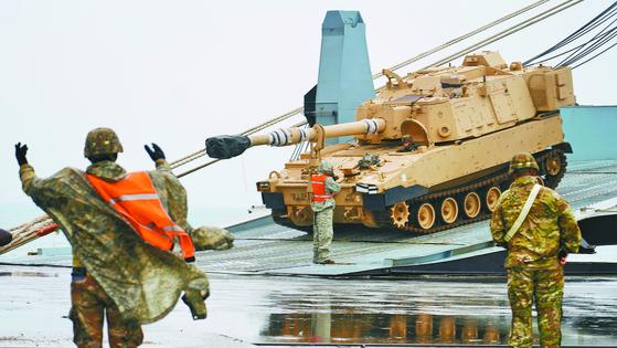 한국에 순환 배치되는 미군 제1사단 제2기갑여단 전투단 소속 M109A6 팔라딘 자주포가 지난 2월 전남 광양항에서 하역되고 있다. [뉴시스]