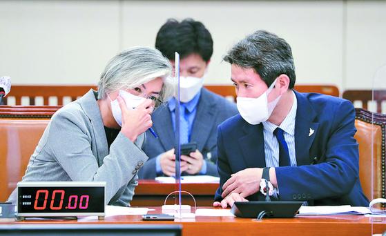 강경화 장관(왼쪽)과 이인영 장관이 25일 국회 외교통일위 회의에서 대화 하고 있다. [뉴스1]