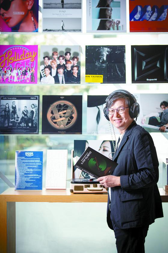 경영학자의 시각으로 K팝 성공비결을 분석한 책 『K-POP 이노베이션』을 출간한 이장우 교수가 K팝 전진기지인 서울 청담동 SM엔터테인먼트를 찾았다. 전민규 기자