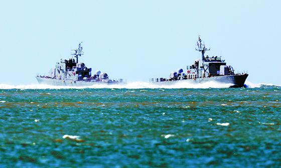 우리 국민이 북한군에 사살된 북한 황해남도 등산곶 해안과 가까운 인천 옹진군 연평도 부근 에서 25일 해군 고속정이 기동하고 있다. [뉴시스]