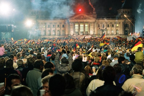 독일 통일의 날인 1990년 10월 3일 베를린 제국의회 의사당 앞에서 불꽃놀이가 한창이다. [사진 독일연방정부문서보관소]
