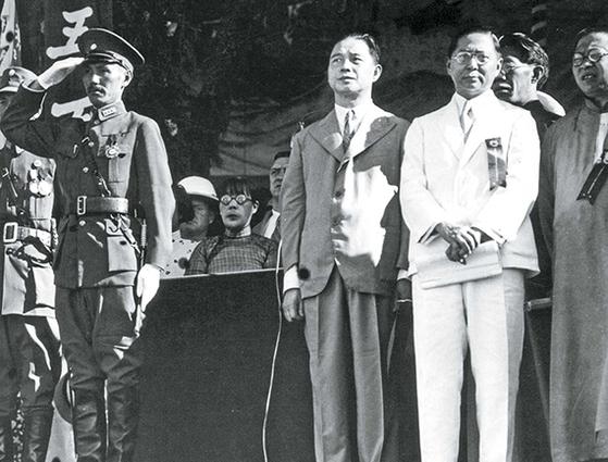 1934년 6월 16일 '국민혁명군 중앙군관학교(황푸군관학교의 본명)' 성립 10주년 기념식을 마치고 열병식을 진행하는 장제스(앞줄 왼쪽 첫째)와 왕징웨이(오른쪽 셋째). 오른쪽 둘째는 국부 쑨원의 아들 쑨커(孫科). 한때 쑨원의 후계자였던 왕징웨이는 군에 기반이 없었다. 결국 일본과 합작, 중국역사상 최대의 한간이라는 오명을 남겼다. [사진 김명호]