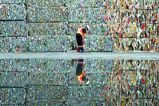 코로나19로 비대면 소비가 늘면서 일회용 용기의 배출이 급증했다. 사진은 재활용센터에 쌓여 있는 압축 페트 더미. [뉴스1]