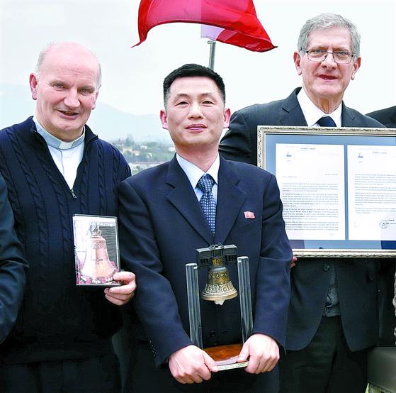 조성길 이탈리아 주재 북한 대사대리(가운데)가 작년 3월 이탈리아에서 열린 한 문화 행사에 참석한 모습. [연합뉴스]