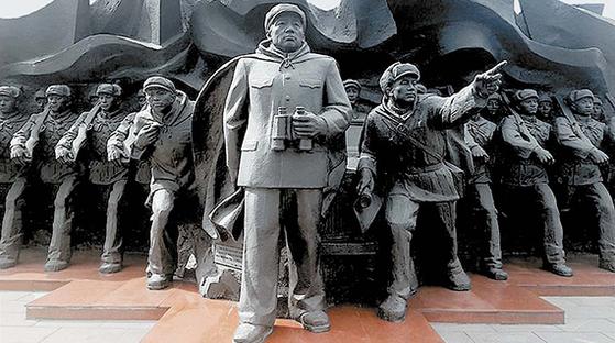 중국 단둥 압록강단교의 항미원조 기념조각상. 가운데는 인민지 원군 사령관 펑더화이.