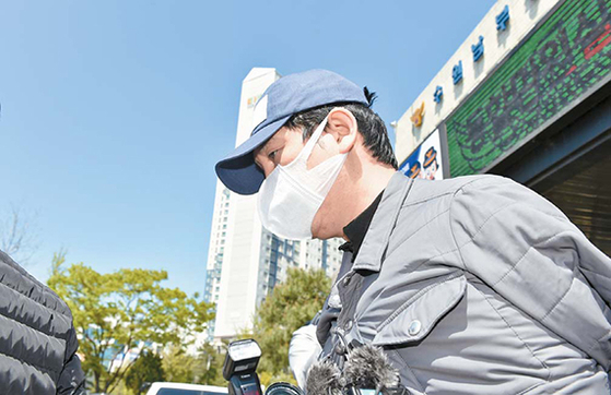 4월 26일 김봉현 전 회장이 수원여객 회삿돈을 빼돌린 혐의로 영장실질심사를 받기 위해 수원남부서 유치장에서 나오고 있다. [연합뉴스]