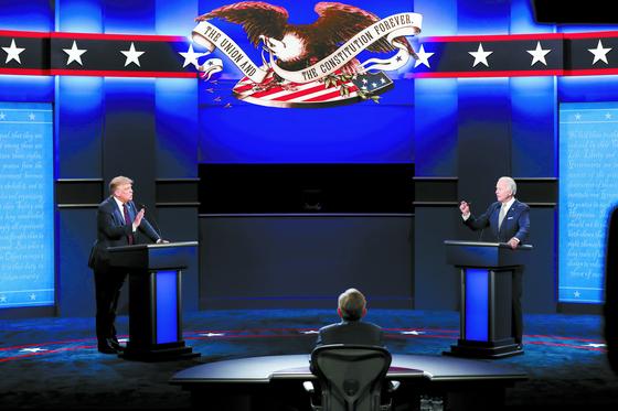 트럼프 대통령(왼쪽)과 바이든 후보가 지난달 29일 1차 TV토론을 벌이고 있다. [EPA=연합뉴스]
