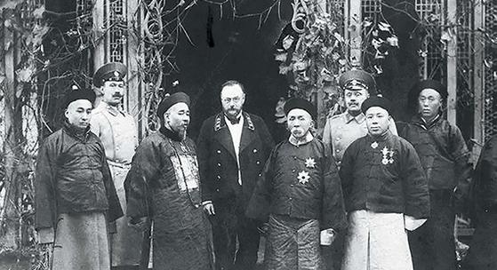러·일전쟁 발발 전인 1903년 가을, 요동반도의 끝자락 뤼순(旅順)을 방문한 자오얼쉰(앞줄 오른쪽 둘째). 자오얼쉰 왼쪽은 동생 자오얼펑. [사진 김명호]