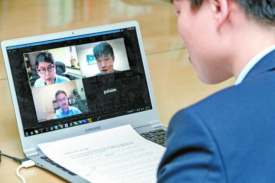 김창환 교수와 최성수 교수가 지난 22일 기자와 인터넷을 통해 한국 대학 교육을 주제로 비대면 화상 대담을 하고 있다. 전민규 기자