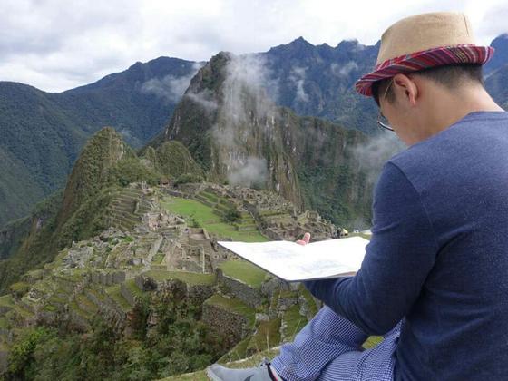 한 어반 스케쳐가 남미 페루의 마추픽추에서 그림을 그리고 있다. 어반 스케치는 이처럼 현장에서의 드로잉을 중요시한다. [사진=이상진]