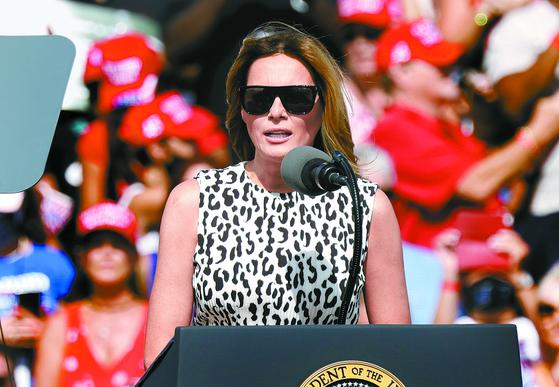 미국 대선이 임박하면서 후보 부인들도 적극 나서고 있다. 도널드 트럼프 대통령 부인 멜라니아 여사는 29일 플로리다 탬파에서 남편과 합동 유세를 벌였다. [EPA=연합뉴스]